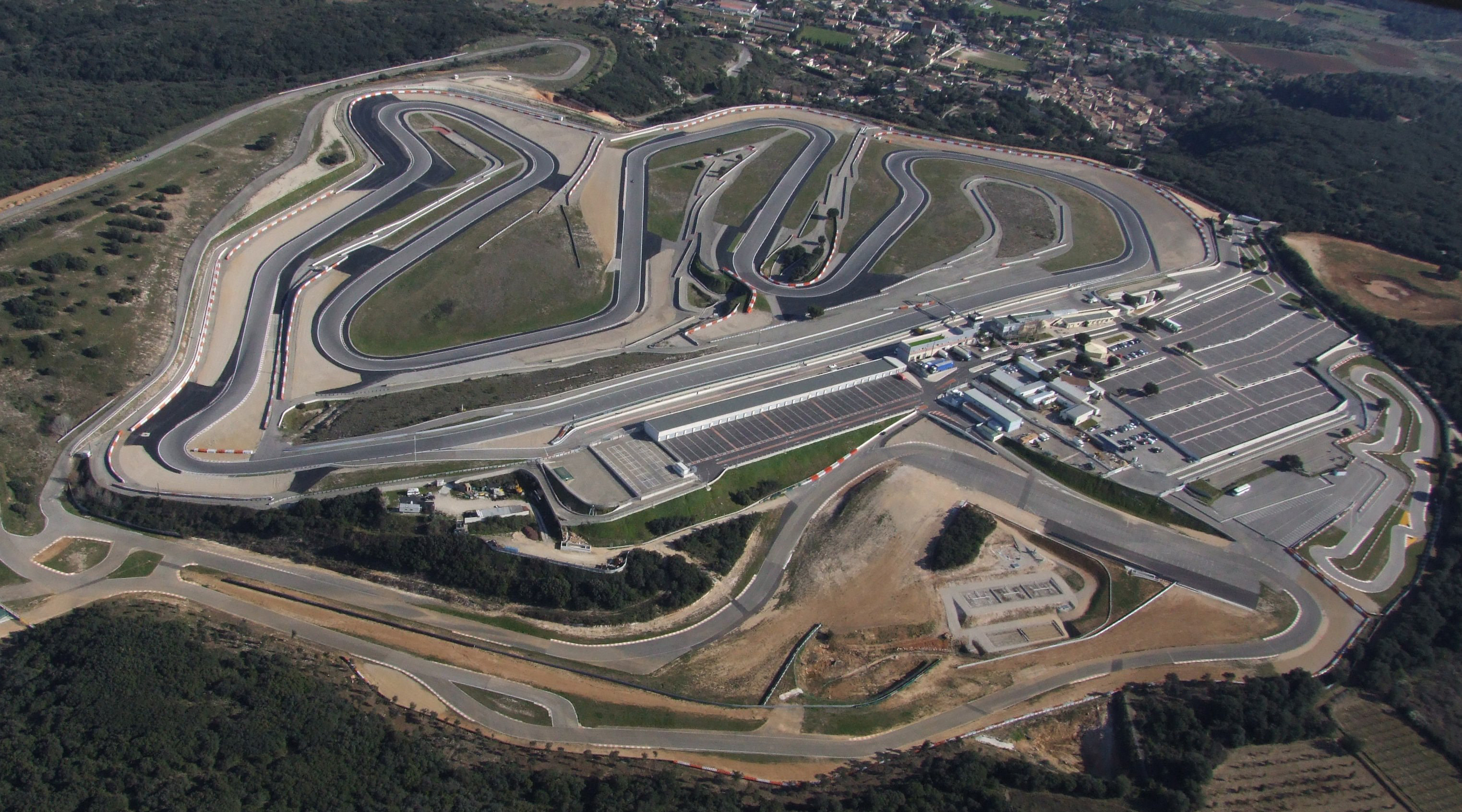 Photo aérienne du circuit de Lédenon